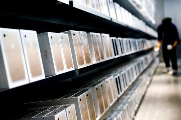 Женщина склонила 20 парней к покупке ей iPhone, продала их и купила дом