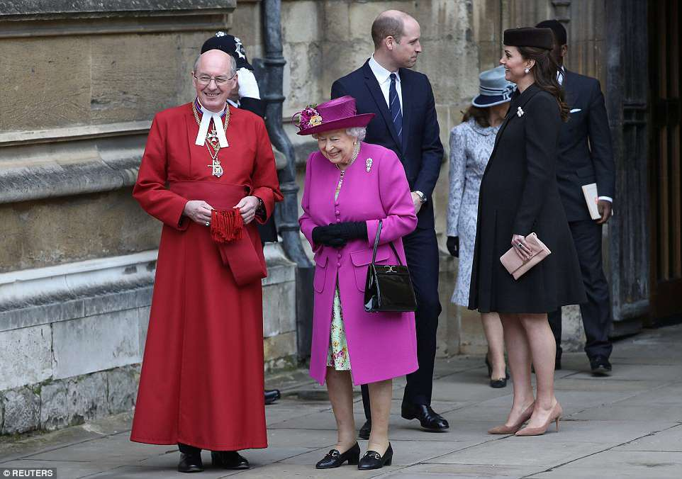 Кейт Миддлтон на сносях посетила пасхальную службу с королевой — фото