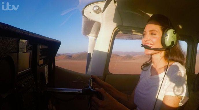 В сеть попало реальное ВИДЕО, как Джоли управляет самолетом