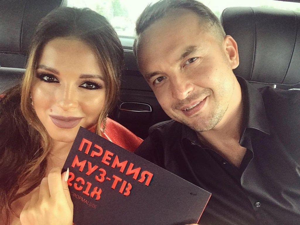 Беременная Нюша в откровенном платье и с мужем на премии МУЗ-ТВ — фото