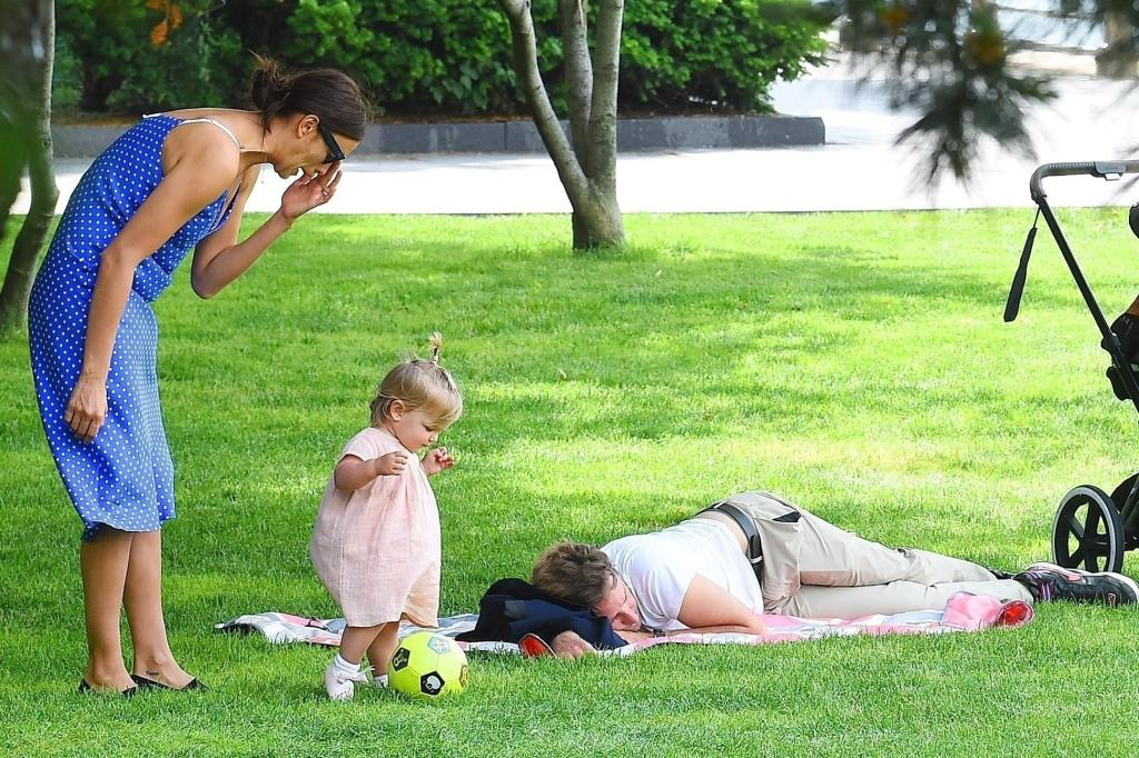 New York, NY  - *EXCLUSIVE*  - Irina Shayk and Bradley Cooper take their daughter to the Hudson river park. The family look happy as they enjoy their Summer day, with Bradley even taking a nap in the shade. Pictured: Irina Shayk, Bradley Cooper, Lea De Seine Shayk Cooper BACKGRID USA 8 JUNE 2018  USA: +1 310 798 9111 / usasales@backgrid.com UK: +44 208 344 2007 / uksales@backgrid.com *UK Clients - Pictures Containing Children Please Pixelate Face Prior To Publication*