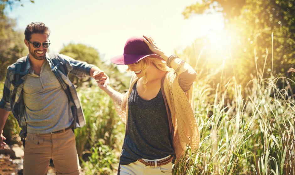 1. Здоровым отношениям нужно хорошее общение.        Серьезно, нет ничего важнее этого. Очень важно, чтобы мы говорили своему партнеру, когда нам не хорошо. Важно, чтобы мы говорили своему партнеру, что мы ценим его/ее. важно, чтобы мы говорили своему партнеру, как сильно мы его/ее любим.  Очень многие люди боятся быть честными со своими партнерами о своих чувствах. Они боятся быть уязвимыми, боятся результата таких признаний.  Но именно в этом зачастую и проблема.  2. Здоровым отношениям нужно правильное количество секса.  У каждой счастливой пары есть своя подходящая им сексуальная жизнь. Нет идеальной формулы, сколько нужно секса, чтобы быть счастливыми.  Каждая пара должна решить, как будет лучше для них, опять-таки, поговорить об этом, обсудить и понять сексуальные потребности друг друга. И причем делать это не один раз в начале отношений, а постоянно контролировать уровень удовлетворенности друг друга.  3. Здоровым отношениям нужны свои шуточки, которые понимаете только вы.  Это кажется такой мелочью, но у пары должно быть что-то свое. Свои воспоминания. Свои моменты. Свои секреты. Свои шуточки, которые понимают только они.  Потому что настоящая любовь — это когда у вас есть особенная связь.  4. Здоровые отношения — это выполненные обещания.  Обещания. Их всегда дают с такими хорошими намерениями, но когда их не выполняют, это может иметь катастрофические последствия.  Обещания связаны с доверием. Если вы даете обещание и не выполняете его, доверие потеряно. Лучше вообще не давать обещание, чем давать и не выполнять его.  5. Здоровые отношения — это не принимать друг друга как должное.   Когда мы только влюбляемся, все наше внимание сосредоточено на том одном человеке. Но со временем мы начинаем отвлекаться на жизнь и уже пренебрегаем тем, кого любим. Мы знаем, что этот человек рядом, и полагаем, что он всегда там будет, потому перестаем лелеять наши отношения. А последствия могут быть фатальными.  Так что обращайте внимание на человека рядом с вами.  6. Здоро