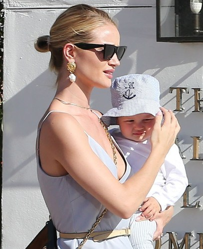 ÑÏÅÖÖÅÍÀ. ÒÐÅÁÓÅÒÑß ÎÄÎÁÐÅÍÈÅ. SPECIAL PRICE APPLIES. APPROVAL REQUIRED PREMIUM EXCLUSIVE FIRST PIX - Rosie Huntington-Whiteley And Son Jack Hit The Playground