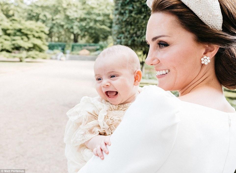 Появились официальные ФОТО с крестин принца Луи — и он наконец улыбается!