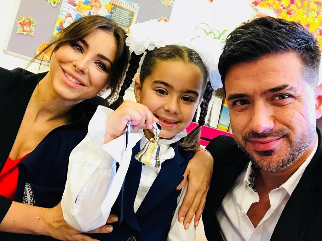 Ани Лорак вместе с мужем провела дочь в первый класс — фото