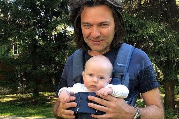 48-летний Маликов учит 10-месячного сына музыке — видео
